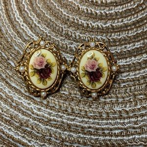 Jewelry - Vintage cameo style floral earrings GUC